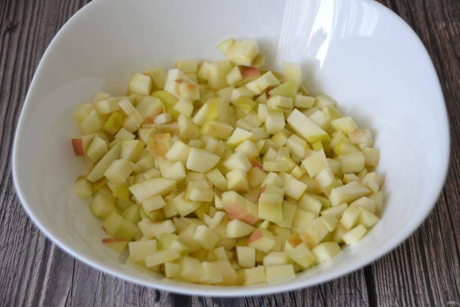На такое количество начинки уходит три средних яблока.