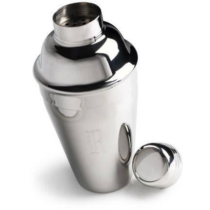 Жидкие продукты влейте в шейкер и немного встряхните, чтобы не образовалась пена.