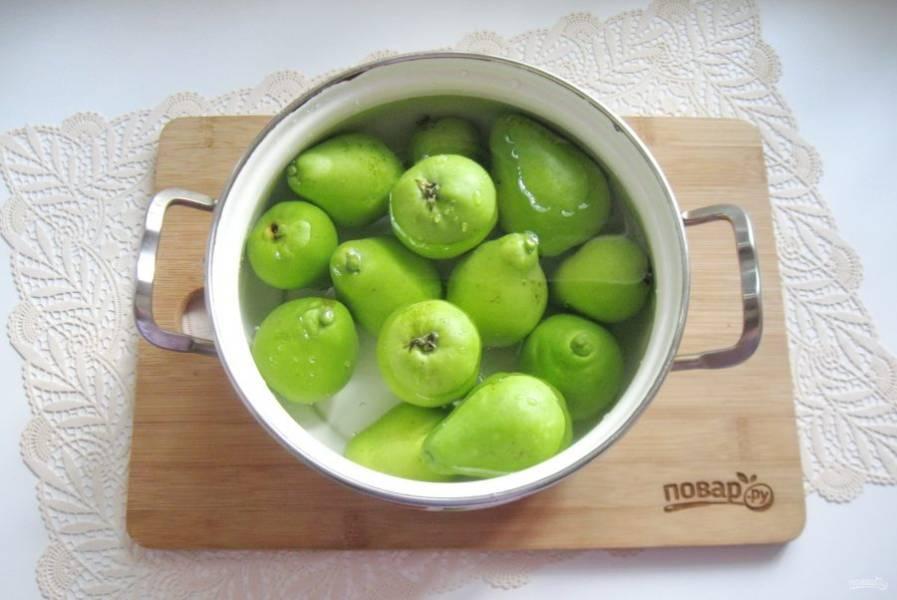 Залейте груши чистой, фильтрованной водой и поставьте кастрюлю на плиту.