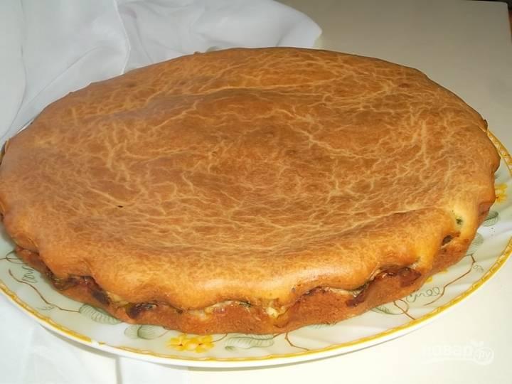 15. Остудите немного пирог, нарежьте порционными кусочками и подавайте к столу. Приятного аппетита!