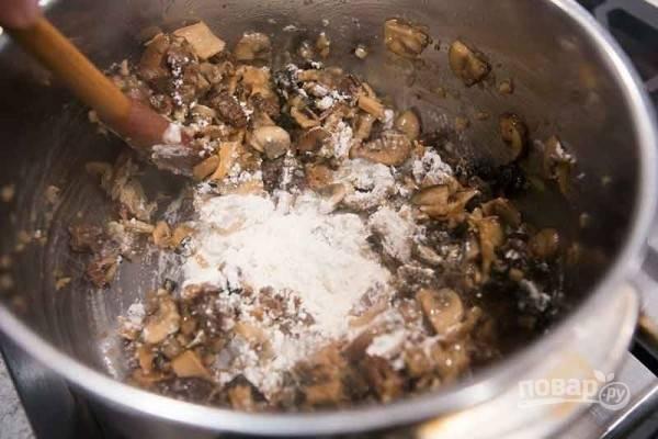 Готовим грибы 10 минут под крышкой, затем добавляем вино и выпариваем на сильном огне. Оставшееся масло положите к грибам. Когда оно растает, введите муку и хорошо перемешайте.