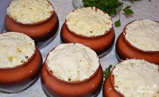 Сверху натрите сыр (на крупной тёрке) и смажьте всё майонезом.