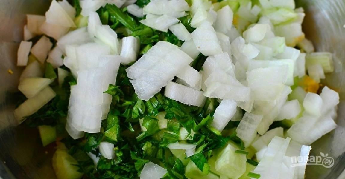 В салат нашинкуйте очищенный лук и промытую зелень.