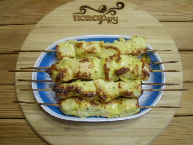 11. Подают шашлычки горячими с овощами и соусами. Приятного!