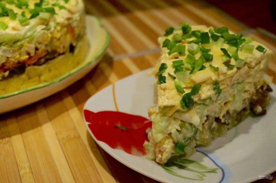 10. Теперь отправляем салат в холодильник на 2 часа. Подавать его можно порционно, а можно на блюде на праздничный стол.