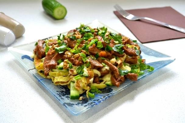16. Все, салат с говядиной и яичными блинчиками можно подавать к столу. Приятного аппетита!
