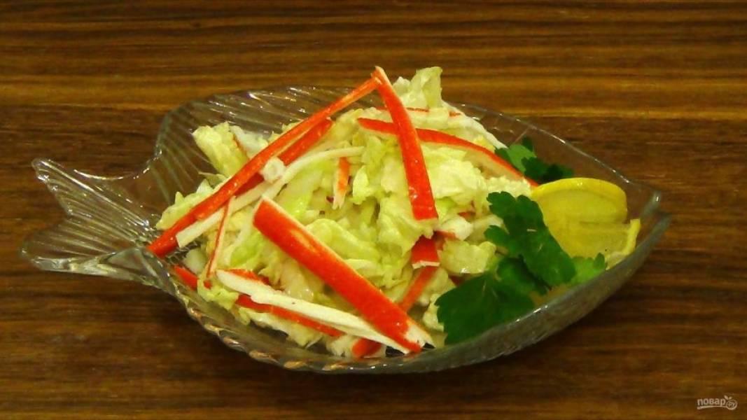 3. Заправьте салат лимонным соком и хорошо перемешайте. По желанию добавьте измельченную зелень. Приятного аппетита!