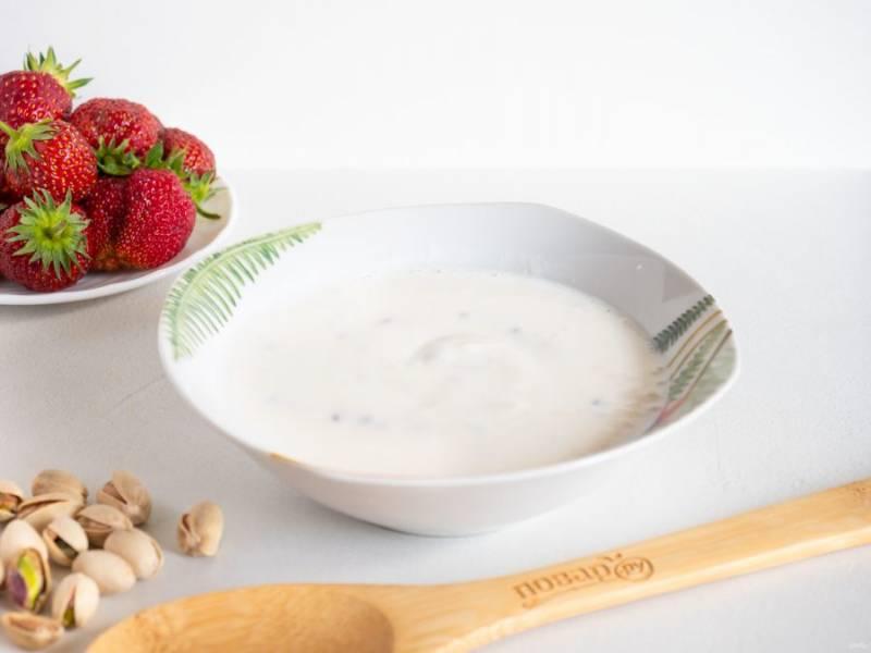 Мягкий творог (у меня с семенами льна, что тоже хорошо для десерта) смешайте со сливками и добавьте 40 грамм сахара. Размешайте крем до растворения сахара.