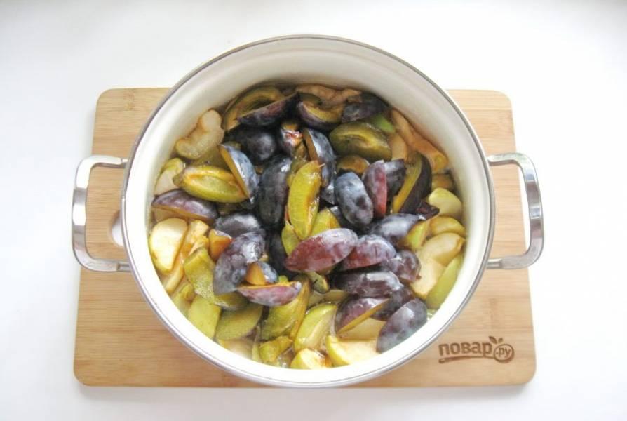 Добавьте в кастрюлю к яблоками сливу, которую можно нарезать более мелко. Дайте постоять яблокам и сливе в сиропе 3-4 часа.