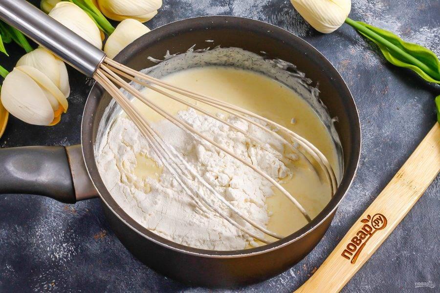 Взбейте все содержимое емкости и всыпьте просеянную пшеничную муку. Вмешайте ее неторопливыми движениями.