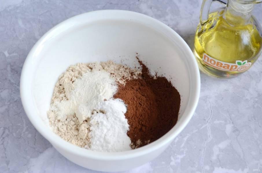 2. В глубокой миске соедините цельнозерновую муку с разрыхлителем, какао и стевией (ее количество по вкусу). Перемешайте.
