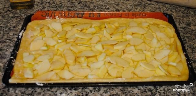 Яблоки очищаем от сердцевин, нарезаем дольками и равномерно распределяем по тесту.