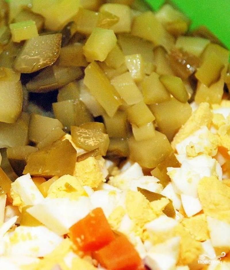 5. Нарезаем соленые и свежие огурцы и яйца.