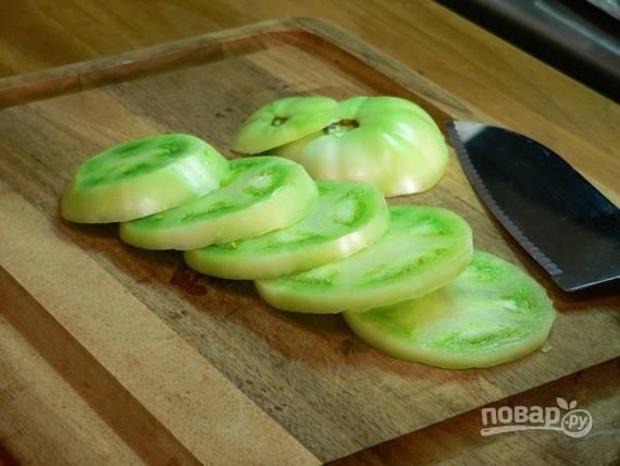 1. Вымойте помидоры, обсушите их и нарежьте средними кружочками.