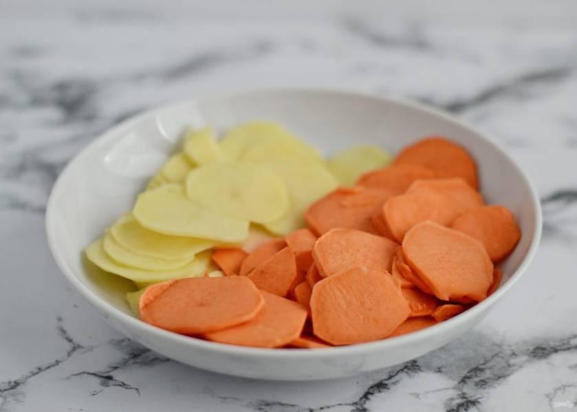 Очистите батат и картофель от кожуры, затем нарежьте на кружочки толщиной 2-3 мм.