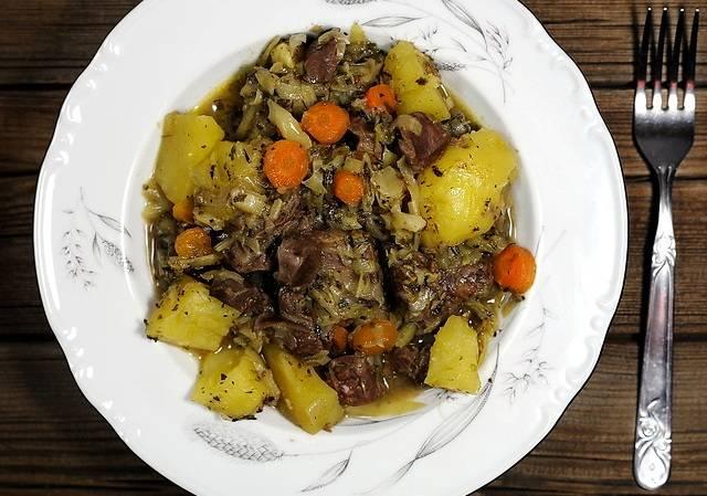 Тушите блюдо под крышкой на медленном огне в течение часа. Приятного аппетита!