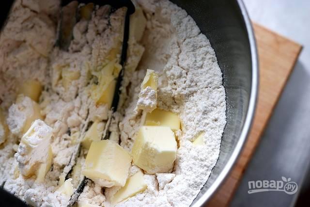 Займитесь тестом. Смешайте в глубокой миске муку, соль, сахар и 1/3 масла с помощью миксера. Затем добавьте остальное масло и воду потихоньку. Замешайте тесто в шар. Уберите его в холодильник на 30 минут.