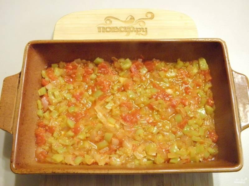 На дно огнеупорной формы выложите и разровняйте овощной соус.