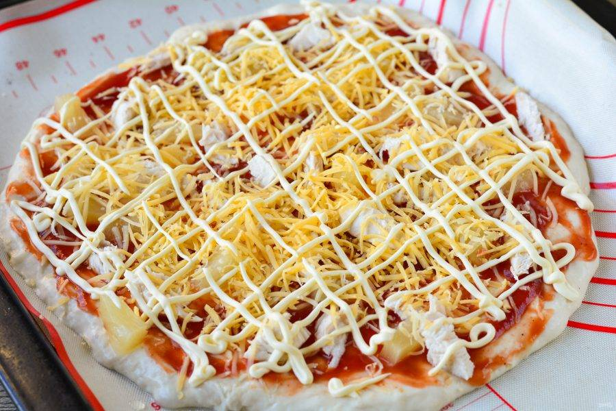 Полейте пиццу майонезом.