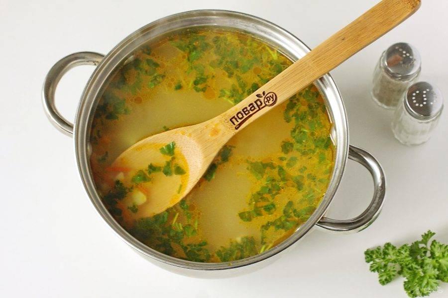 После закипания добавьте картофель. За 5 минут до готовности, добавьте лук и морковь. В самом конце добавьте зелень, чеснок и вермишель. Через пару минут снимите кастрюлю с огня и дайте супу настояться еще 10-15 минут. Куриный суп с чесноком готов.