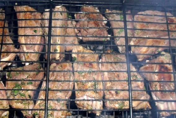 5. Несмотря на то, что готовить ребрышки нужно на прогоревших углях, решетку нужно почаще переворачивать, чтобы ребра равномерно прожаривались.