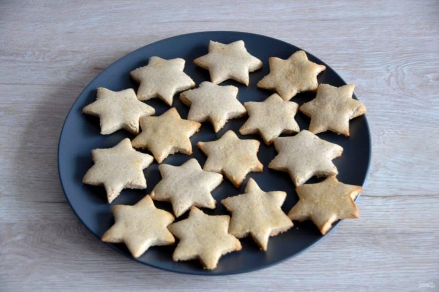 Горячее печенье сразу снимите с листа.