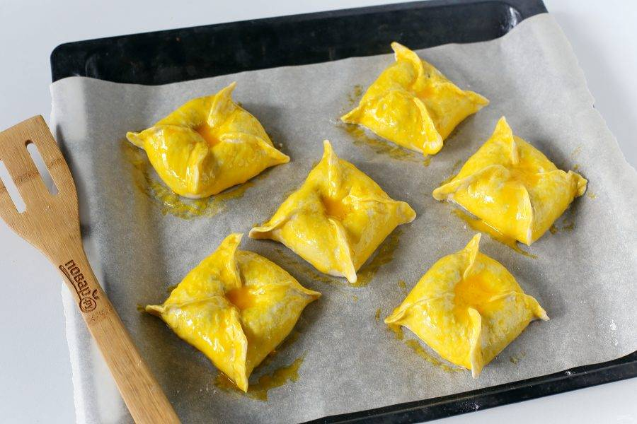 Смажьте желтком и запекайте в духовке при температуре 180 градусов около 30 минут.