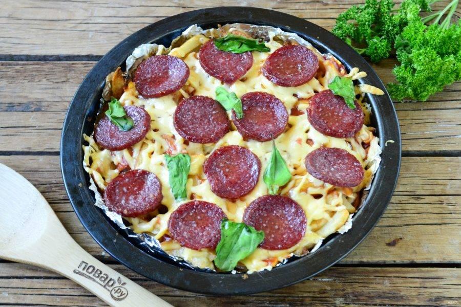 Запекайте пиццу в духовке 15-20 минут при температуре 180 градусов.