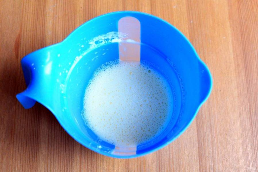 Начать приготовление пирога стоит с заварного крема. Для этого венчиком хорошо смешайте желтки с сахаром, половиной молока, крахмалом и ванилином.