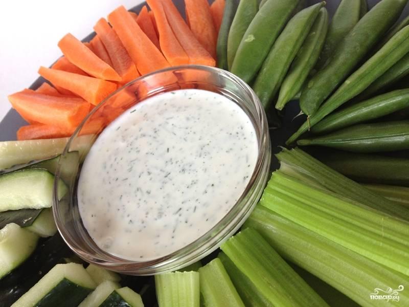 Как только соус готов, его можно подавать. Выложите несколько столовых ложек соуса в небольшую пиалу. Порежьте овощи на свой вкус: морковь, сладкий перец, сельдерей и другие. Разложите овощи на блюде и туда же поставьте соус.
