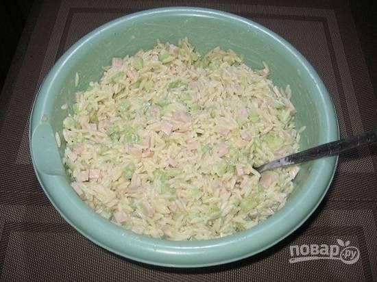 Добавим соль и перец по вкусу, майонез, перемешиваем салат. И поставим в холодильник минут на 20-30.
