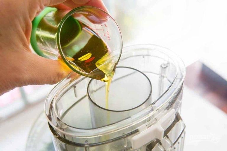 3.Тонкой струйкой влейте оливковое масло, постоянно взбивая соус.