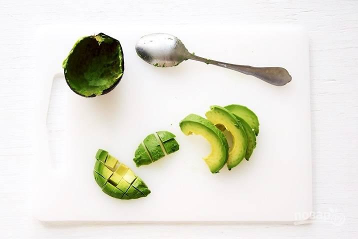 Авокадо нарежьте кубиками.