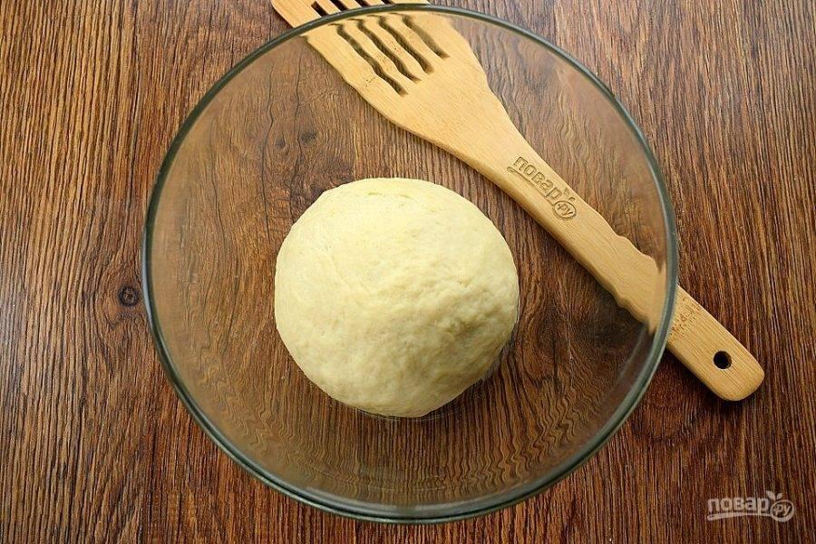 В муку добавьте подошедшие дрожжи и оливковое масло. Замесите гладкое тесто, в течение 5 минут. Соберите тесто в шар, поместите его в миску, смазанную растительным маслом, накройте и поставьте для подъема в теплое место на 30 минут.