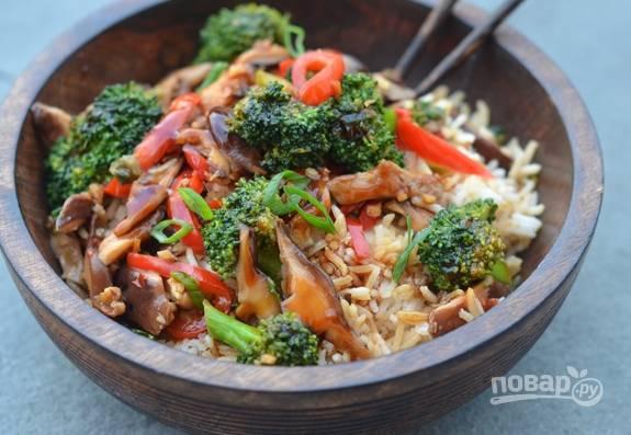 Теперь влейте приготовленный соус. Через 30 секунд обжарки овощи будут готовы! Приятного аппетита!