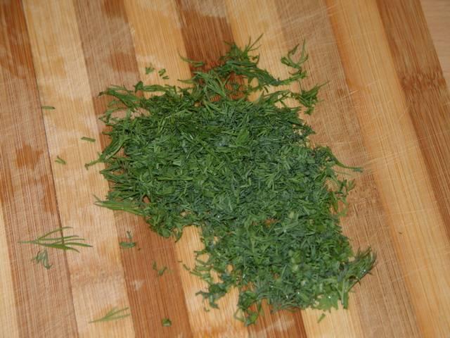 4. Рубим мелко зелень. Вкуснее будет, если для омлета вы возьмете свежий укроп.
