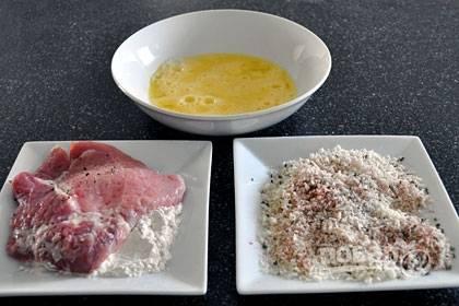 3. В мисочке смешайте панировочные сухари, петрушку и паприку. В отдельной миске взбейте яйца и воду вилкой.