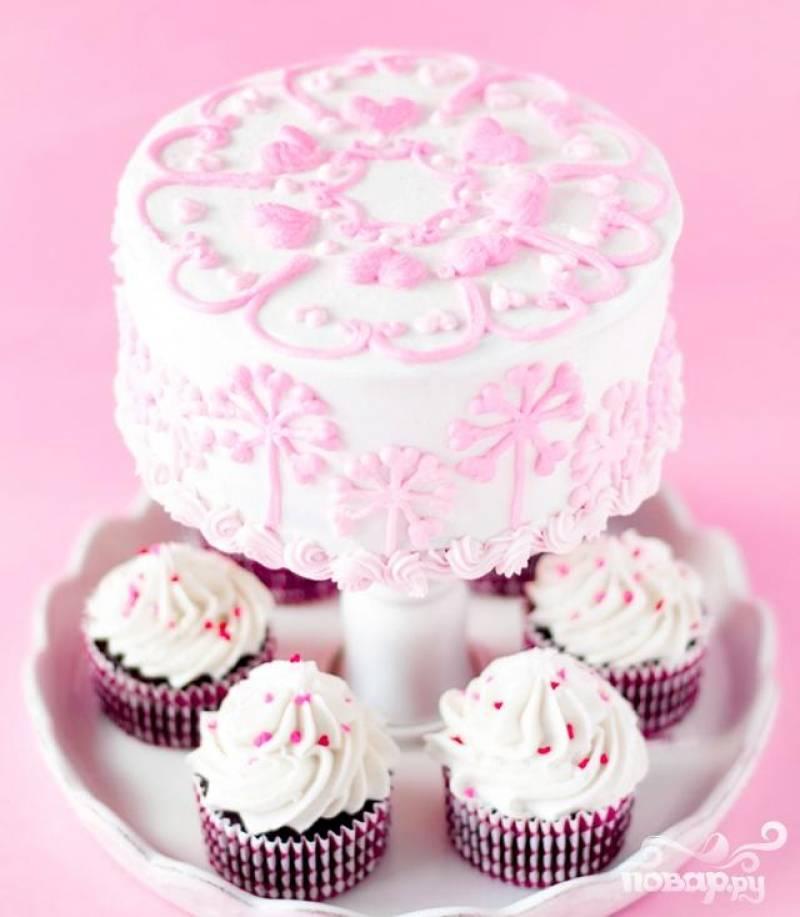 5. Покрыть верхушку и бока торта глазурью. Украсить по желанию. По этому рецепту вы также можете приготовить маффины.