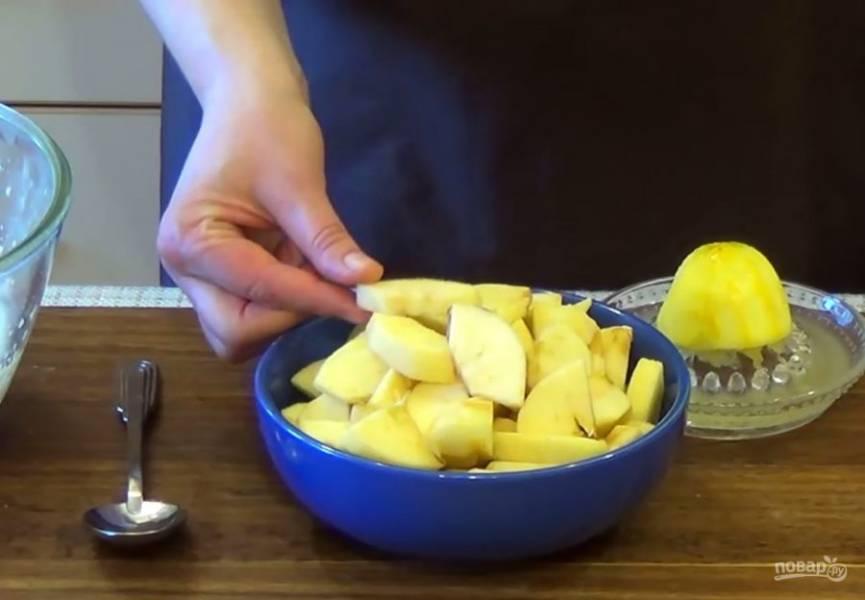 4. Добавьте просеянную муку и аккуратно перемешайте лопаткой. Добавьте цедру лимона. Яблоки очистите от кожуры и нарежьте крупными дольками.