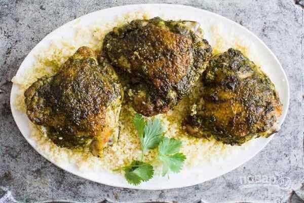 Оставшийся соус чермула смешайте с жиром, выделившимся при запекании, подавайте куриные бедра по-мароккански с любым гарниром, полив приготовленным соусом с маслом.