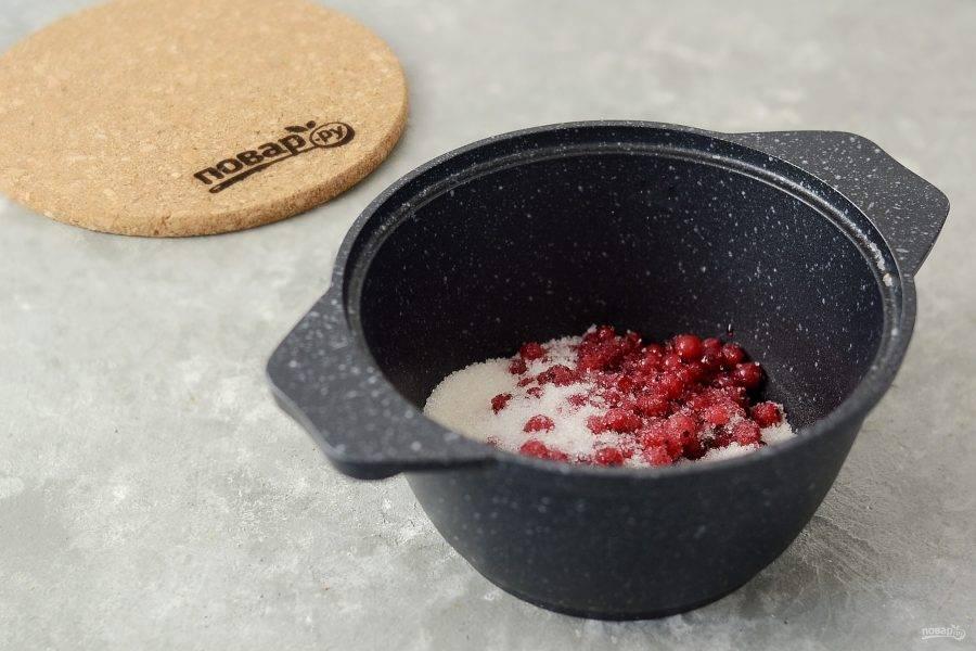 Красную смородину смешайте с сахаром и оставьте, чтобы ягода выделила сок.
