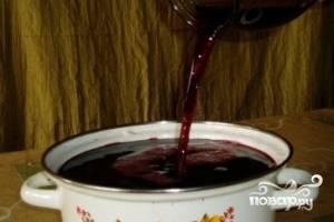 Спустя указанное время процедим мезгу через сито или марлю, добавим еще 1 литр воды, перемешаем.