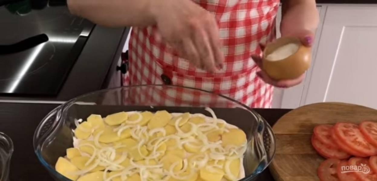 3. На низ формы выложите немного соуса, сверху – картофель, лук. Посолите. Выложите и равномерно распределите все мясо. Снова выложите картофель, лук, посолите. Сверху залейте картофель соусом.