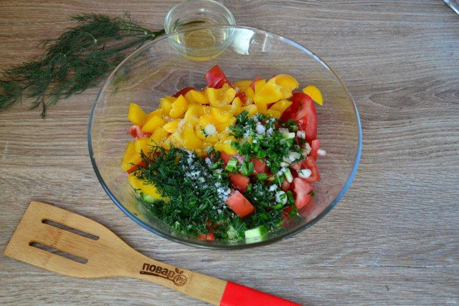 Смешайте все подготовленные ингредиенты, добавьте соль и растительное масло.