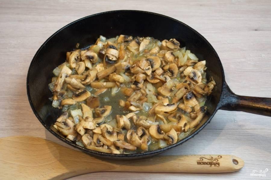К обжаренному луку добавьте нарезанные шампиньоны. Обжарьте грибы с луком вместе. Добавьте соль, перец.