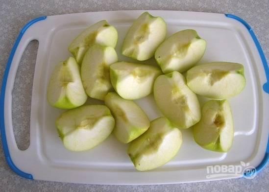2. Яблоки вымойте, обсушите и нарежьте дольками, удалив сердцевину и хвостик.