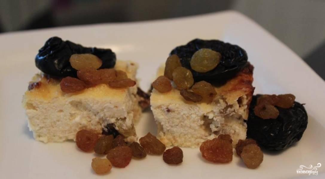 Разрезать ее на порционные кусочки рекомендую остывшей, также можете украсить орешками или теми же сухофруктами. Приятного аппетита!