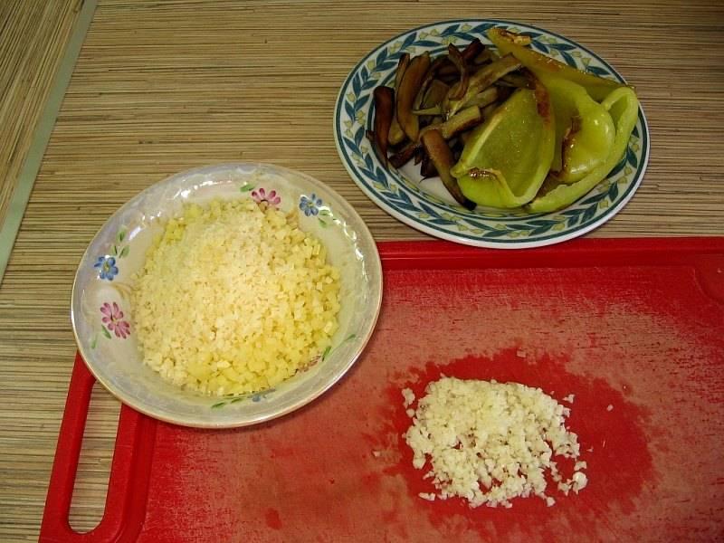 Перекладываем овощи на тарелку и оставляем их остывать, а сами тем временем чистим и измельчаем чеснок и трем сыр на крупной терке. Выкладываем сыр с чесноком в мисочку, добавляем майонез и тщательно все перемешиваем.