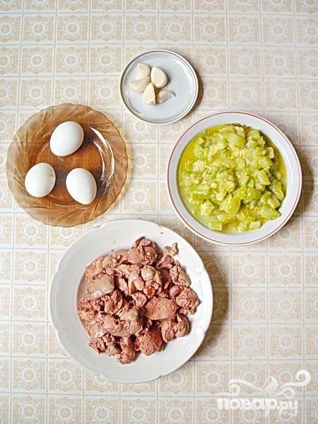 3.Промоем в проточной воде куриную печень, и в небольшой кастрюле варим ее до готовности. Отвариваем вкрутую куриные яйца. Очищаем чеснок, на водяной бане растопим сливочного масла, можно оставить его на полчаса в теплом месте, пока оно не станет совсем мягким.