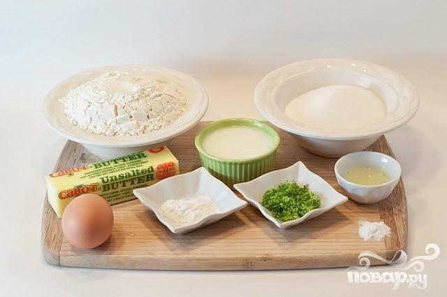 1. Сделать печенье. Разогреть духовку до 175 градусов и выстелить 2 противня пергаментной бумагой или силиконовыми ковриками. В небольшой миске смешать муку, разрыхлитель, соду и соль. В большой миске взбить сливочное масло и сахар вместе. Взбить с яйцом. Затем добавить сок и мелко тертую цедру  лайма, молоко и текилу, если вы ее используете. Хорошо перемешать. Добавить половину мучной смеси и перемешать. Затем добавить оставшуюся часть муки и размешать до получения однородной консистенции.